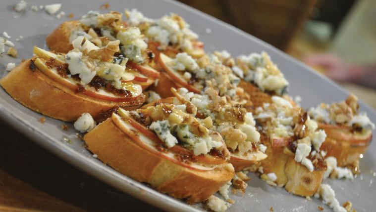 ברוסקטה עם גבינה כחולה ותפוחים של אבי ביטון