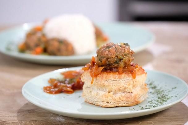 קציצות בשר באורז ובקונכיות בצק של אודליה סויסה – תבשיל מדהים לכל ארוחה