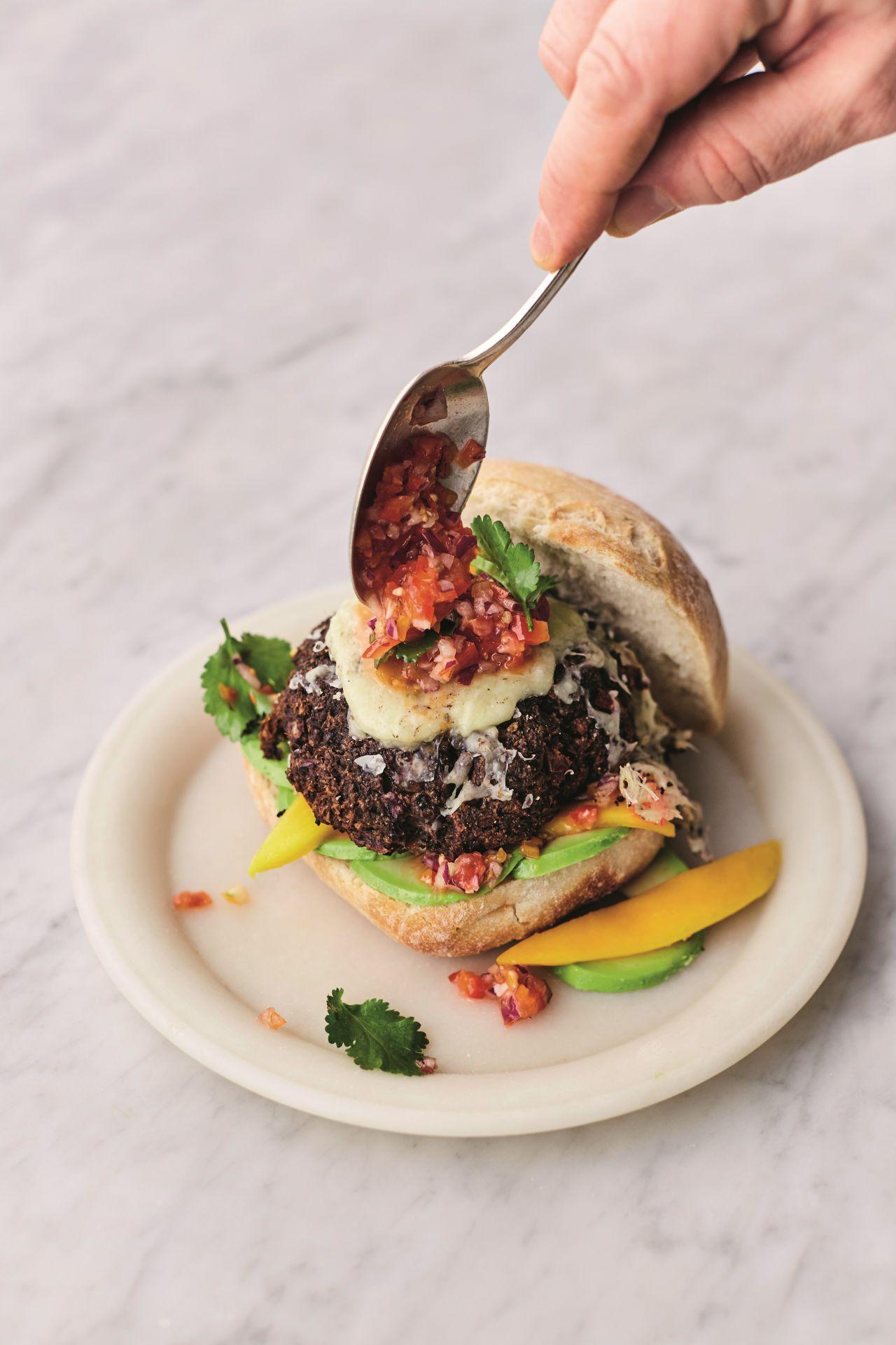 המבורגר עדשים שחורות צלויות של ג'יימי אוליבר
