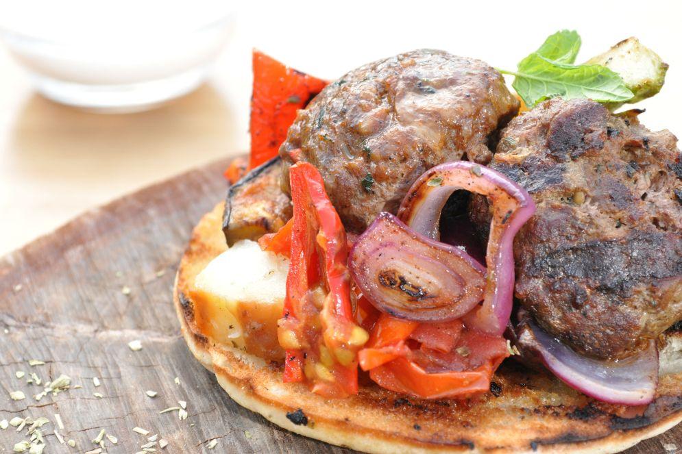 המבורגר וסלט ירקות בגרסה יוונית של עומר מילר