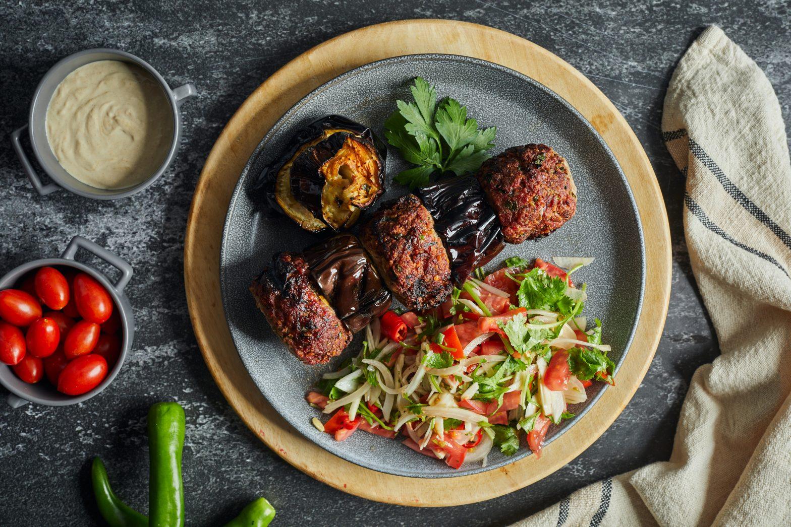 קבב חצילים טורקי לצד סלט כוסברה ועגבניות של עומר מילר