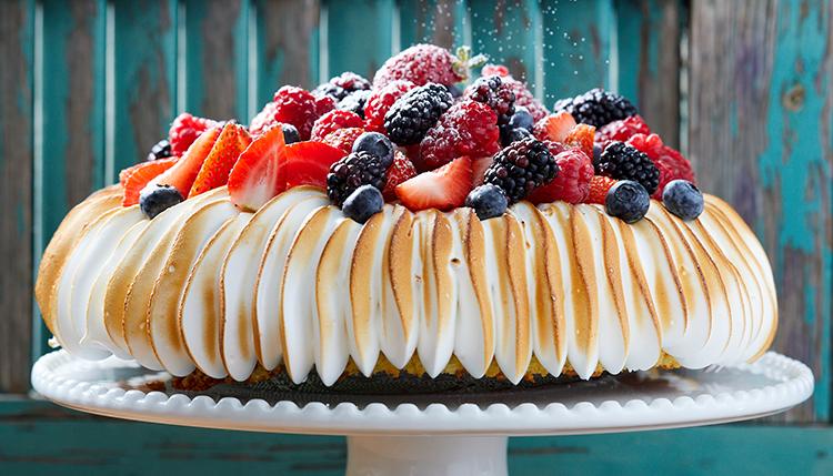 עוגת סולת וקוקוס עם מרנג ופירות יער של קרן ואיציק קדוש