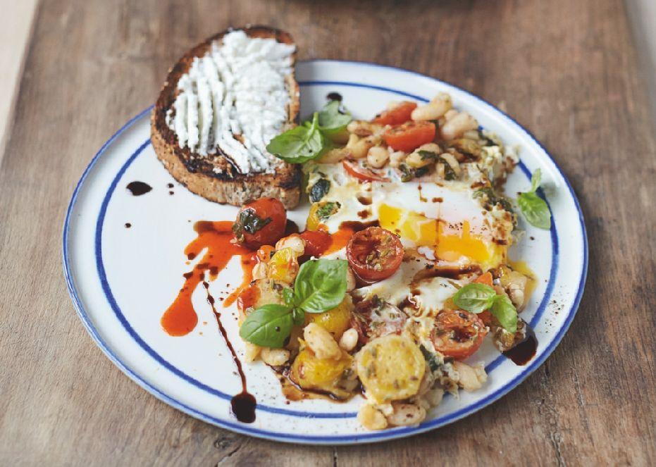 טוסט ביצים עם שעועית לבנה, עגבניות וריקוטה