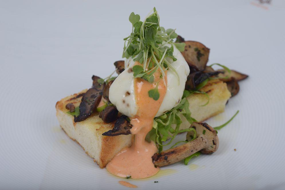 ביצה עלומה על בריוש קלוי ודוקסל פטריות של צ'רלי פדידה – ארוחת בוקר של מלכים