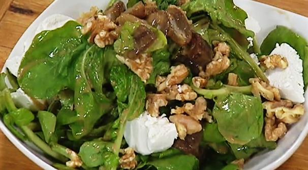 סלט ירוק עם תמרים, אגוזים ותמרים של עומר מילר ומיכל אנסקי