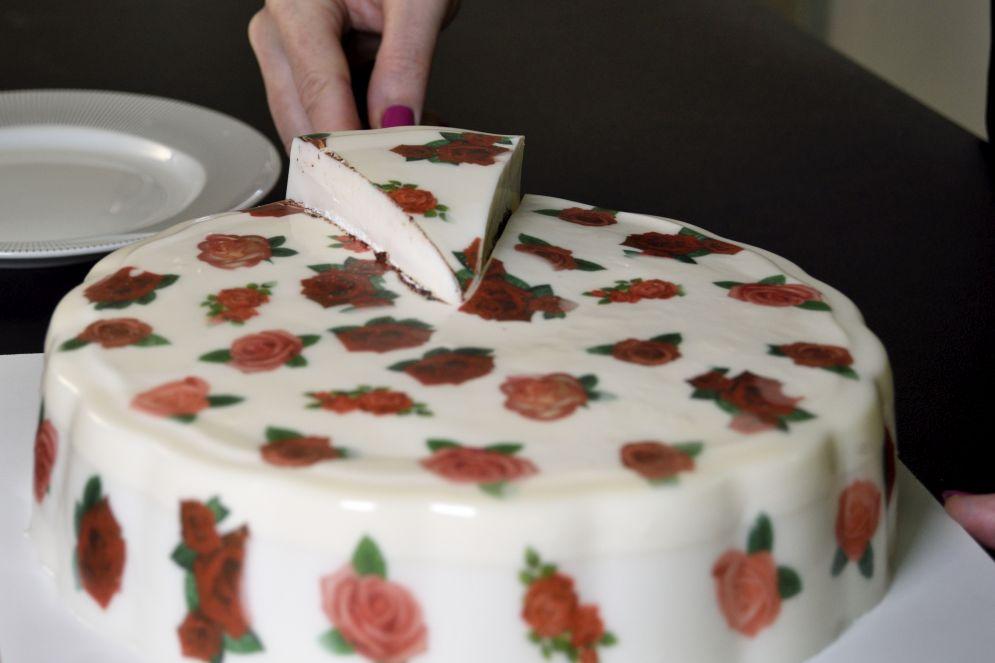עוגת שוקולד עשירה ופרחונית של מלכת הג'לי