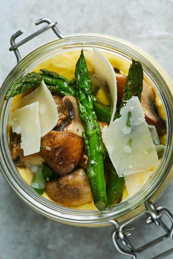 פולנטה מהירה עם אספרגוס ופטריות של ג'קי אזולאי