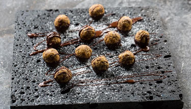 חטיף אגוזים ותמרים טבעוני במילוי שוקולד מריר של מיקי שמו