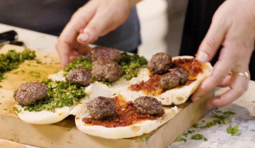 סנדוויץ קציצות בקר בלחם פראנה של הילה אלפרט