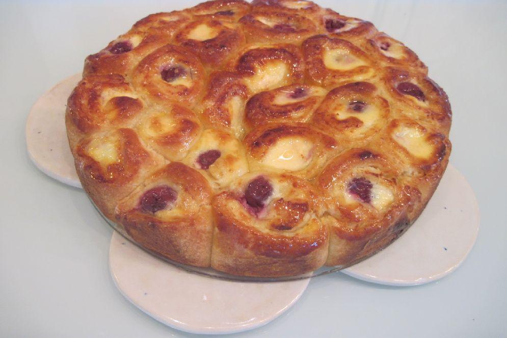 עוגת בריוש גבינה ודובדבנים של מירי מתוקה ארזי